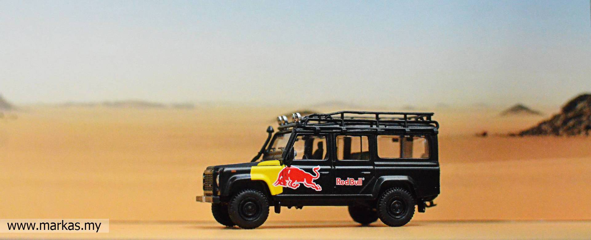 MINI GT #110 1/64 LAND ROVER DEFENDER 110 RED BULL LUKA